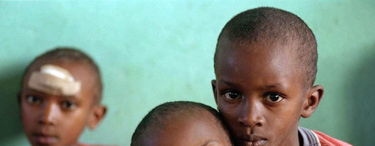 Hoy en día se calcula que alrededor de 101 mil niños y niñas encabezan aproximadamente 42 mil hogares en Ruanda. Todos ellos perdieron a sus padres de una forma u otra: muchos fueron asesinados durante la masacre, otros han muerto a causa del SIDA y otros se encuentran en prisión debido a crímenes relacionados con el genocidio.