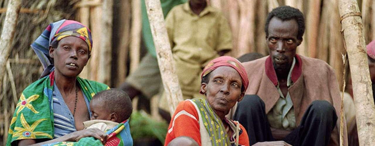 Aunque la rivalidad de esas dos etnias, los hutus y los tutsis, es muy añeja, en el siglo XX se agudizó. Ruanda fue colonizado por los alemanes a finales del siglo XIX y puesto bajo mandato belga por la Sociedad de Naciones en 1922 tras la derrota de Alemania en la Primera Guerra Mundial.