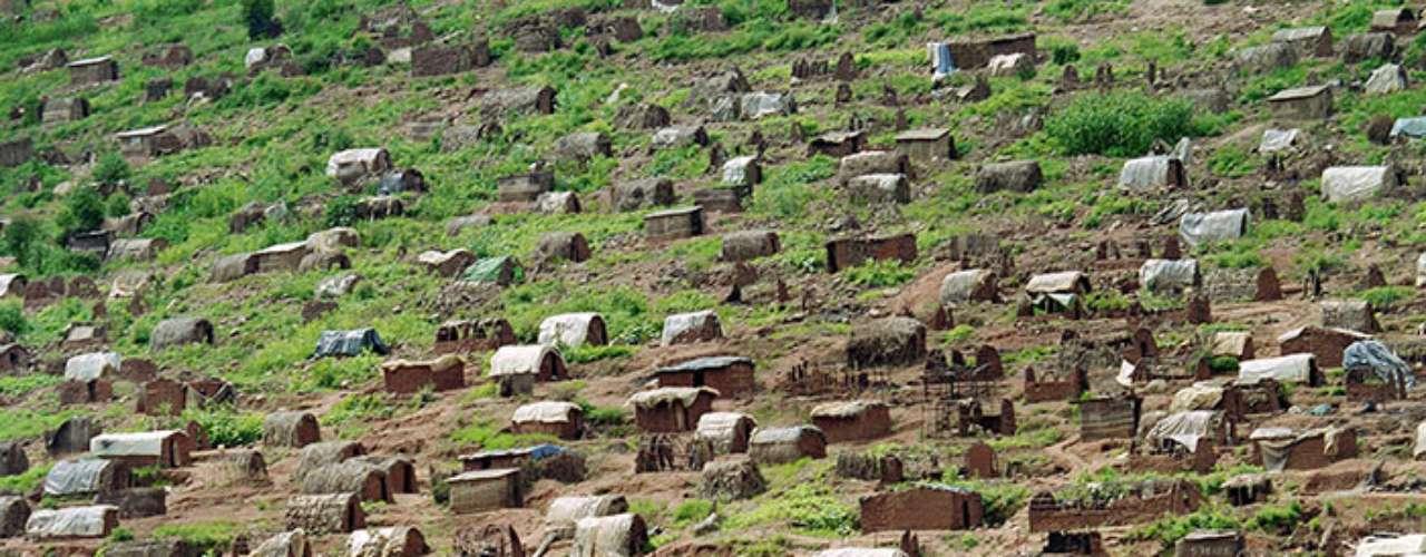 Con una tensión social contenida e innumerables problemas políticos y económicos, las décadas transcurrieron en Ruanda. Todavía unos meses antes del genocidio se hizo intento por mantener la paz; el 4 de agosto de 1993 se firmaron los Acuerdos de Arusha, según los cuales hutus y tutsis se comprometían a compartir el poder.