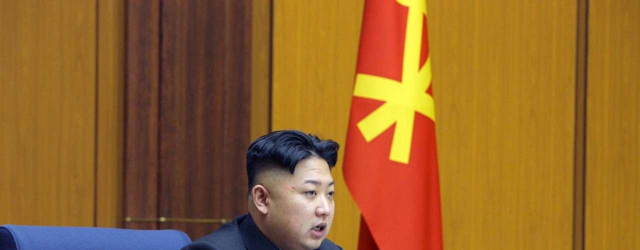 14 de marzo de 2013 - El presidente norcoreano, Kim Jong-un, dirige ejercicios de artillería con islas fronterizas surcoreanas bajo el punto de mira.