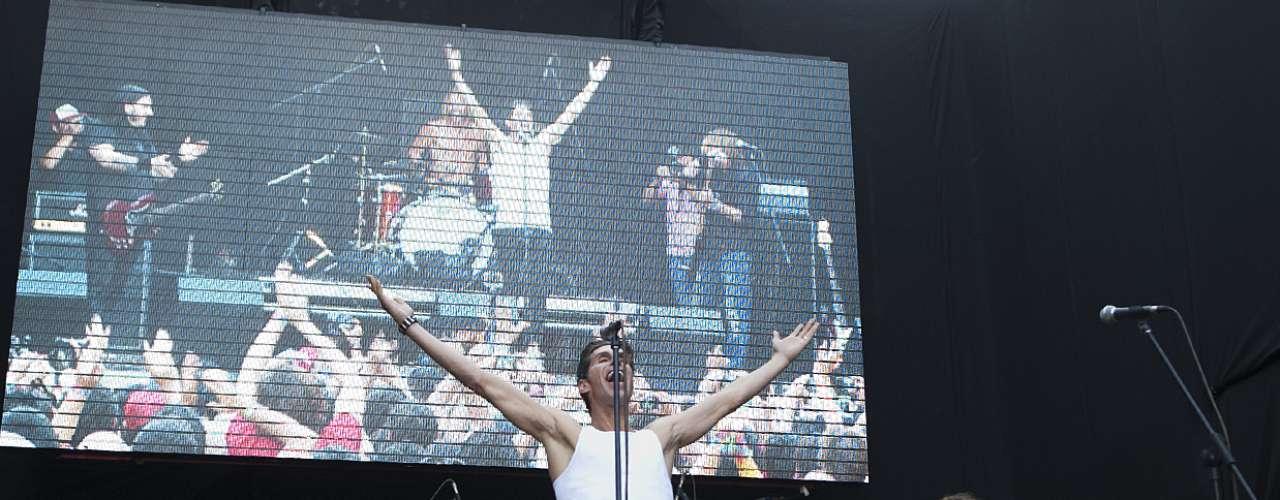 Con un ambiente no podía ser ya más rockero, y  con todos los niños que estaban sentados sobre ahora se elevaban sobre los hombros de sus padres, el baterista invitó a Perry Farrel, líder de Janes Addiction y mente creadora de Lollapalooza, para cantar junto a ellos.