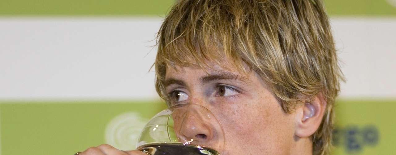 El delantero español Fernando Torres no oculta su gusto por la bebida y por el cigarro ni siquiera en eventos públicos como ruedas de prensa, como en esta foto. Incluso, fue captado celebrando el título de la Eurocopa 2008 con un tabaco en la boca.