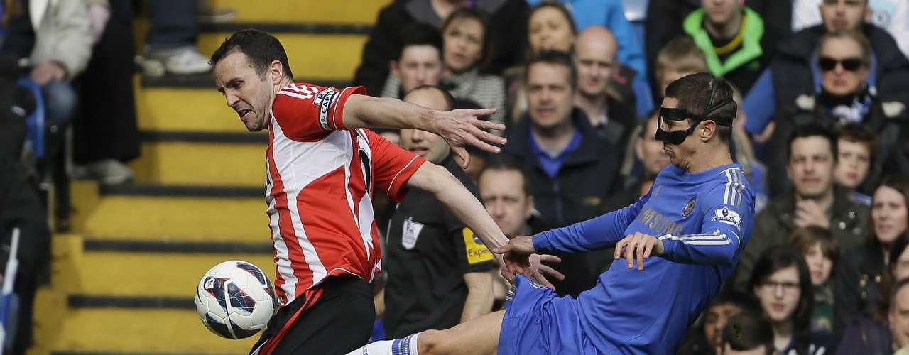 Torres intenta robarle la pelota O'Shea.
