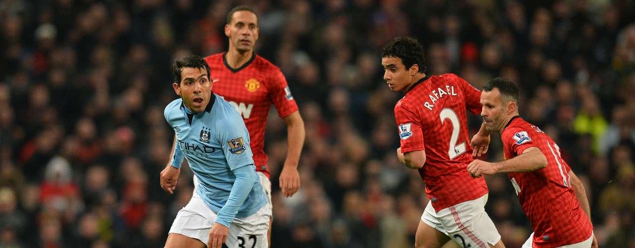 La mejor ocasión para el Manchester United llegó poco antes del descanso, cuando el holandés Robin van Persie, pasó de cabeza al brasileño Rafael, quien, escorado a la derecha, conectó un tremendo disparo que se estrelló en la escuadra de la portería visitante (45).