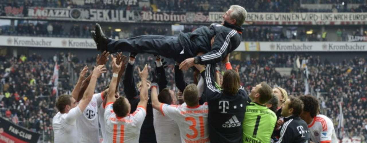 Jupp Heynckes, técnico del Bayern Múnich, fue levantado en hombros luego de que su equipose coronara Campeón en calidad de visitante tras el 1-0 sobreEintracht Frankfurt.