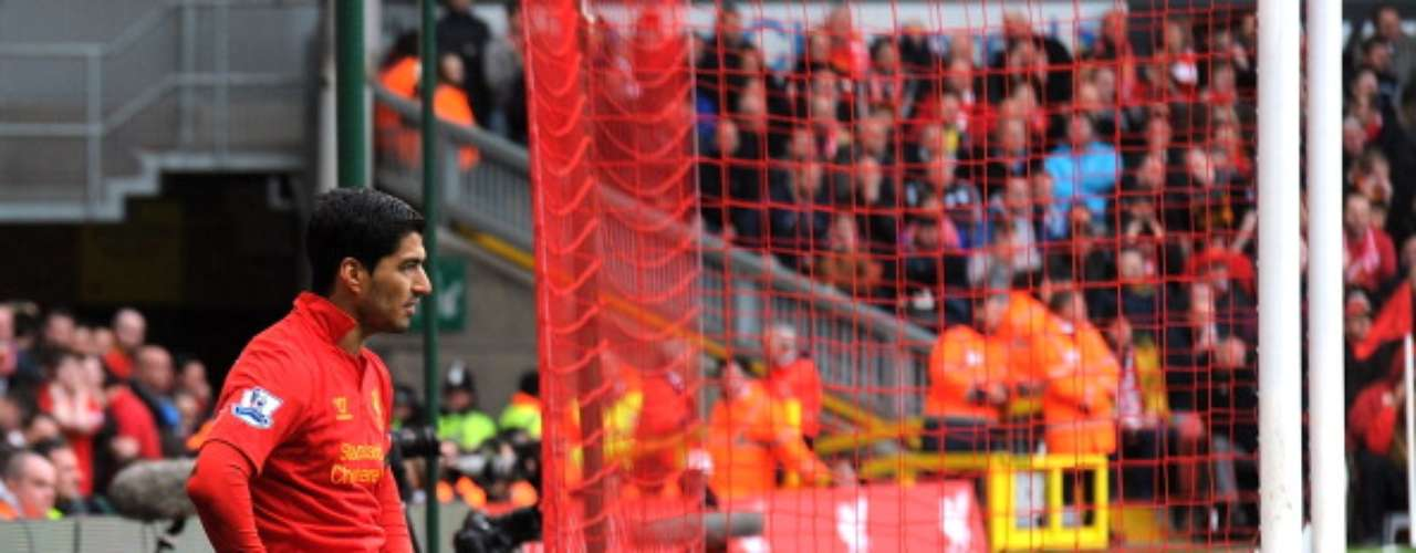 Luis Suárez se lamenta de sus fallos luego de que Liverpool empatara 0-0 como local ante West Ham.