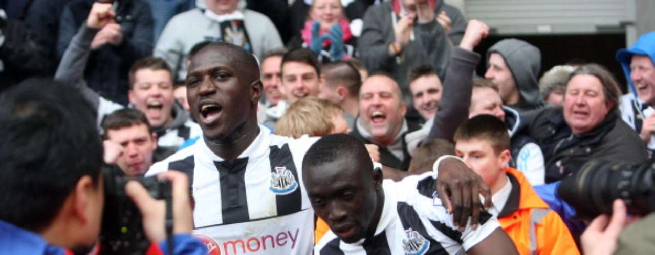 Papiss Cisse yMoussa Sissoko festejan el gol deNewcastle de 1-0 ante Fulham.