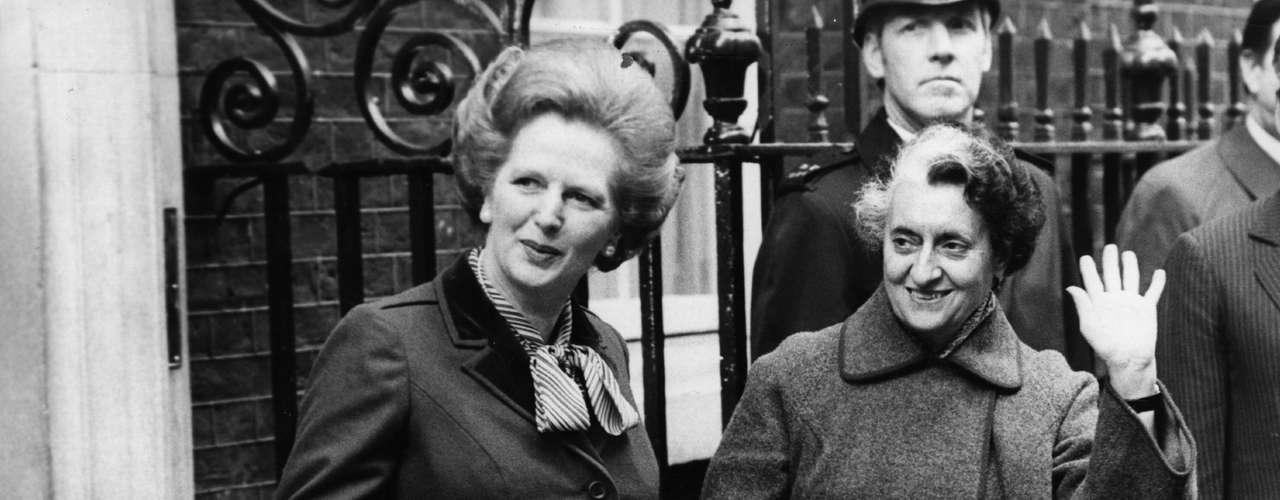 Imagen del 22 de Marzo de 1982 en la que la dirigente británica aparece con la primer ministro hindú, Indira Gandhi en el exterior de Downing Street