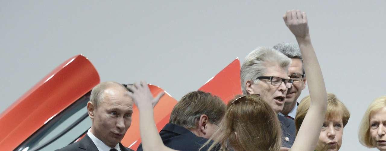 Un grupo de mujeres protestó este lunes contra el presidente ruso, Vladimir Putin, y su sistema político al mostrar en sus torsos desnudos inscripciones como \