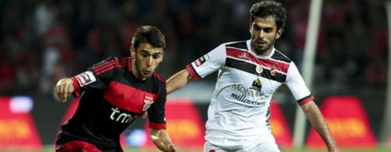 Benfica batió 2-0 como visitante al Olhanense y llegó a 67 puntos, siete más que el Porto, que este lunes enfrenta en el estadio del Dragón al Sporting Braga.