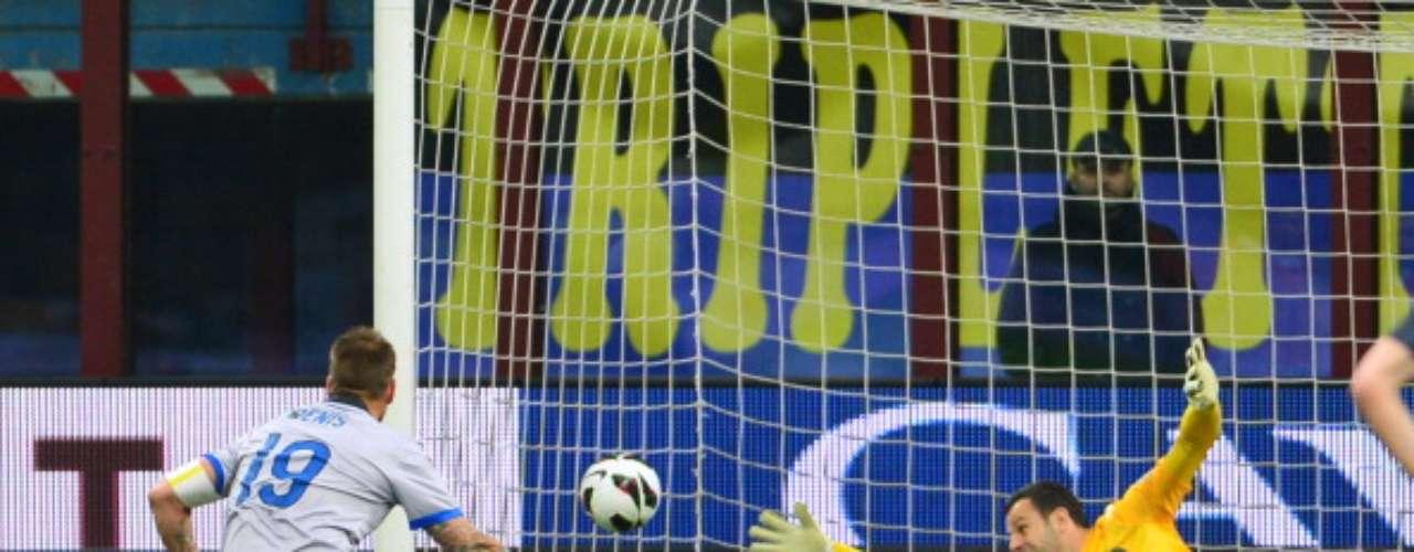 En el Giuseppe Meazza, Atalanta dio la gran 'campanada' y se impuso por 4-3 en un trepidante partido al Inter de Milán; el argentino Germán Denis fue la figura del club de Bérgamo con un hat-trick (tres tantos).