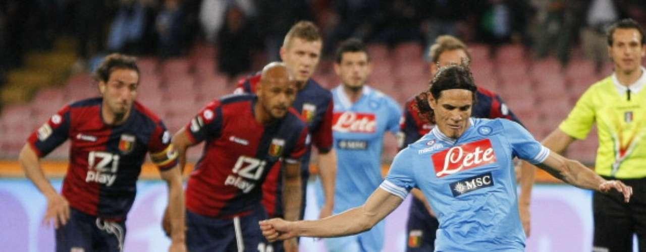 En el San Paolo, Edinson Cavani falló este penalti, pero aún así el Nápoles derrotó 2-0 al Génova y sigue a nueve puntos de la 'Juve'; este lunes, Roma y Lazio cierran la jornada en el derbi de la capital italiana.