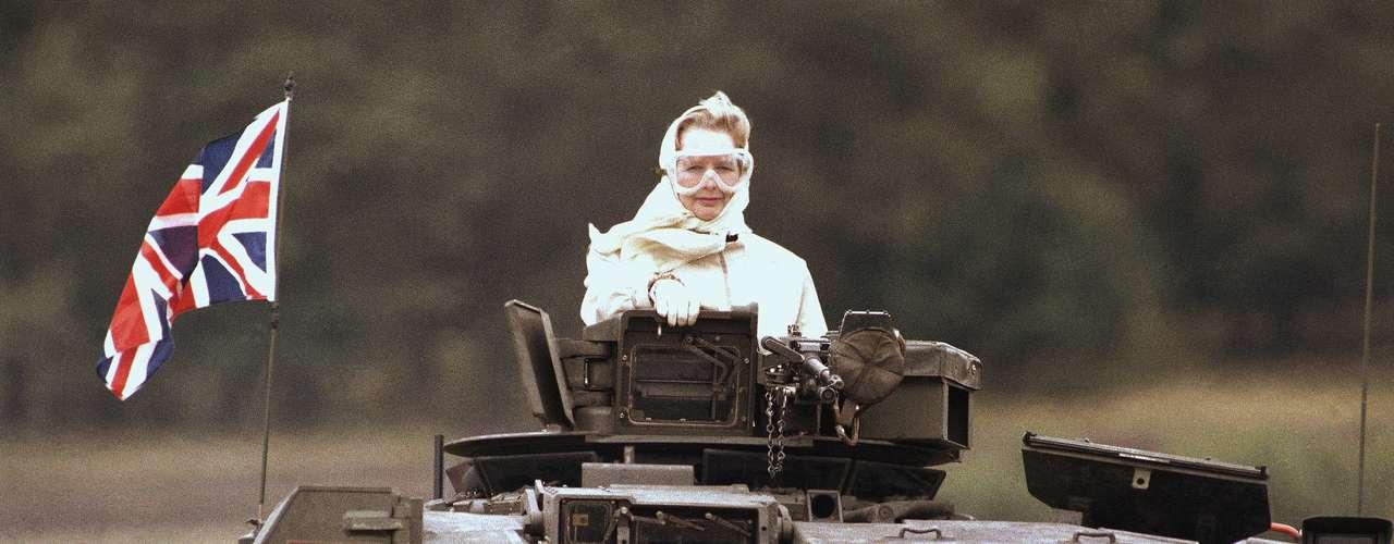 Imagen tomada el 17 de Septiembre de 1986 en la que se ve a Margaret Thatcher en un tanque británico en una visita a las tropas inglesas destacadas en Alemania
