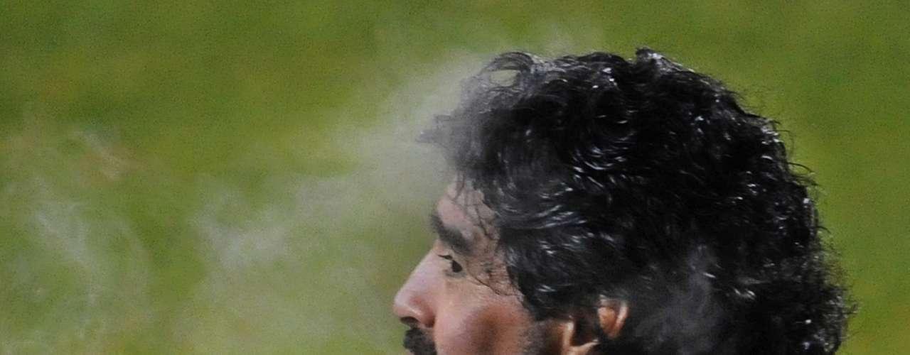 En lo que se refiere a los entrenadores, es sabido que Diego Armando Maradona tiene un gusto especial por los puros cubanos, que viene desde su época como jugador. Cuando estuvo dirigiendo a Argentina o en el equipo árabe Al Wasl, no tenía reparo en fumar en los linderos de la cancha.