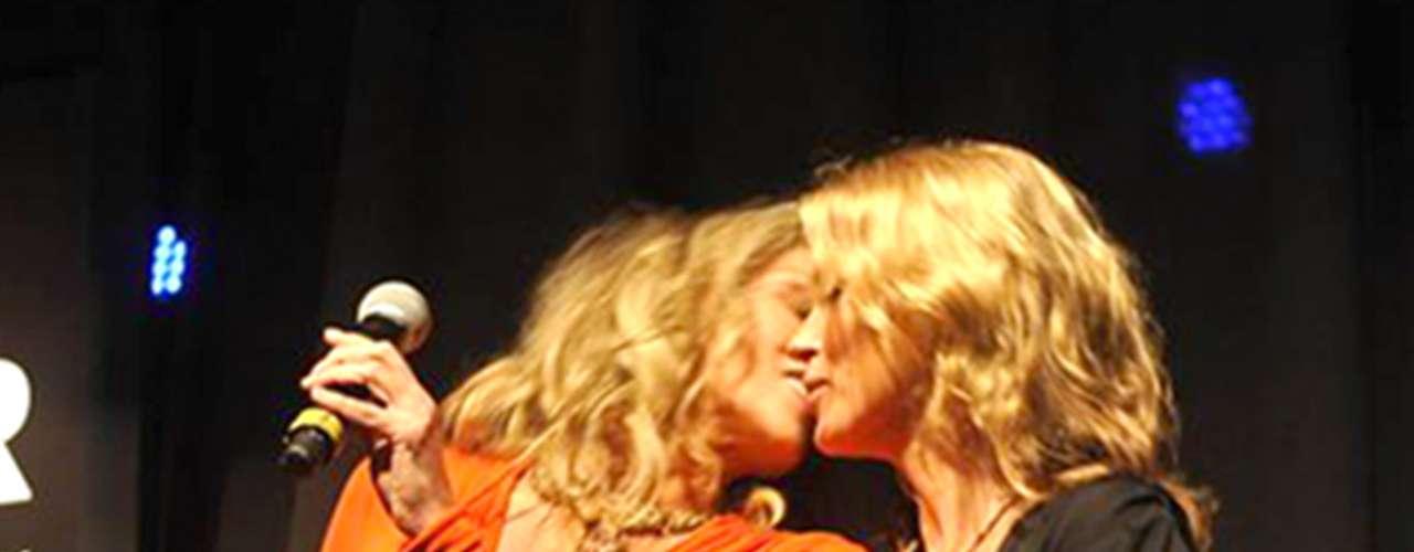 ¡Sensual! Sharon Stone y Kate Moss protagonizaron un sexy yapasionado beso en la gala de la Amfar. Ellas pusieron en subasta una botella de champagne que firmaron y además incluía un beso de ambas y dieron un ejemplo del beso que se llevaría el afortunado ganador.