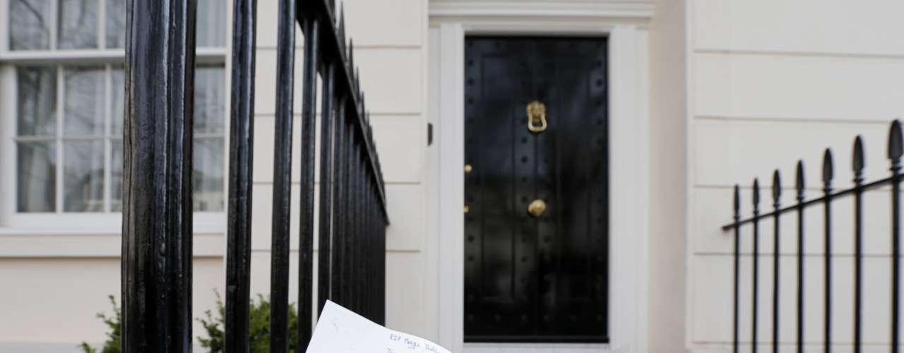 Flores y una noto d ehomenaje a la que fue primera ministro británica Margaret Thatcher en el exterior de su vivienda en Londres