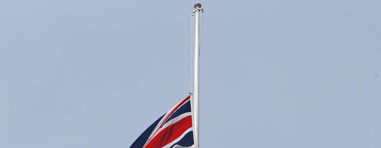 La bandera británica Union Jack a media asta en el número 10 de Downing Street residencia del primer ministro en Londres