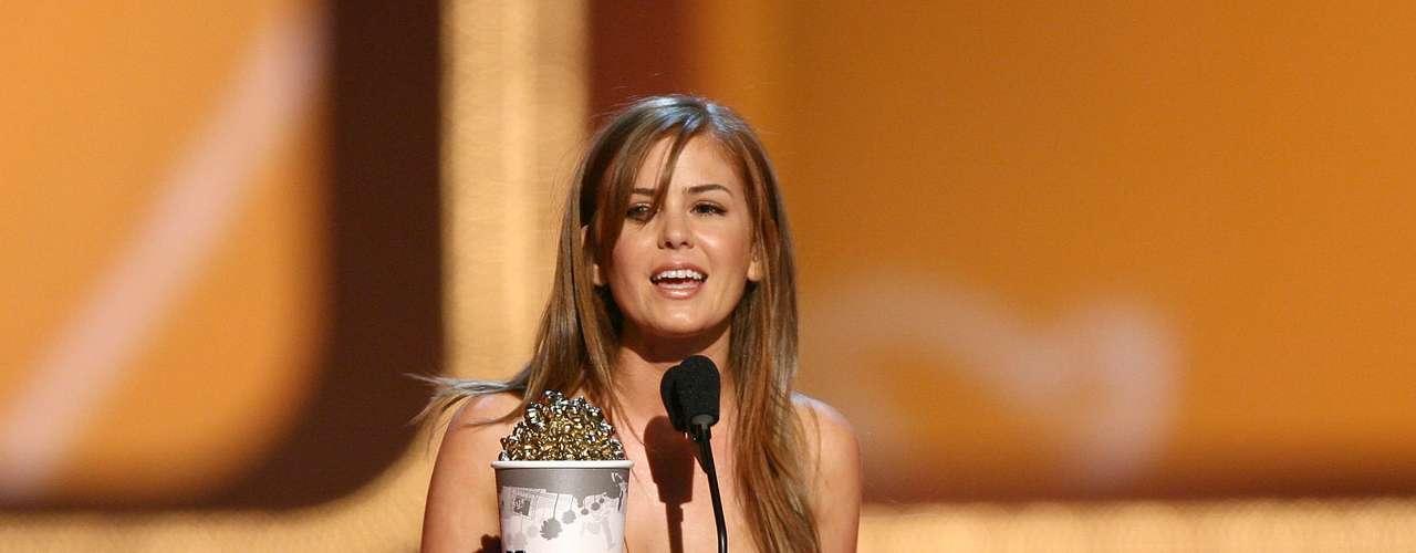 A la genial actriz de comedia Isla Fisher le tocó su turno de llevarse un MTV Movie Award en el 2006 cuando la figurilla se vistió muy sobria en gris. ¿Te gusta?