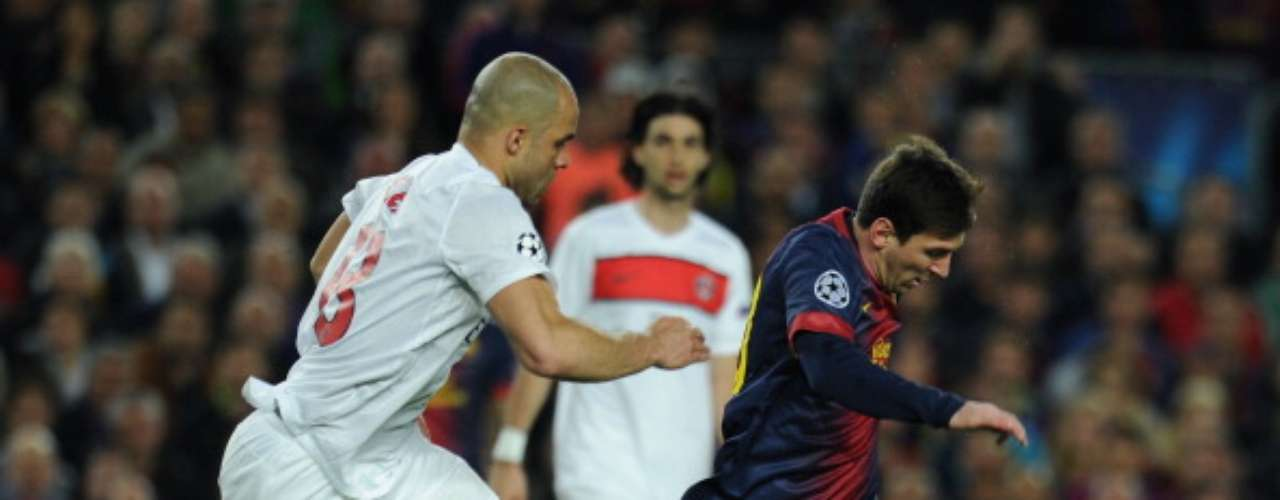 Messi intenta marcharse de Alex.