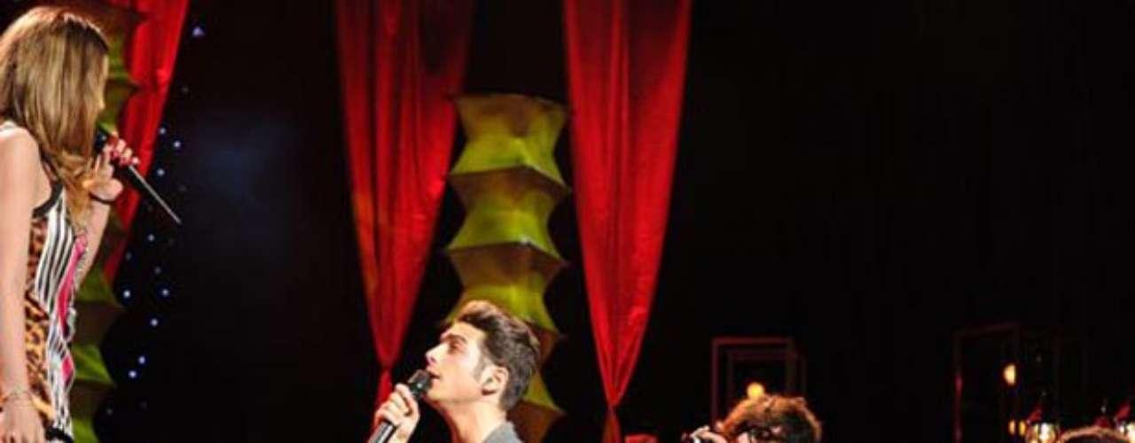 Belinda logró que los guapos papis que integran el talentoso trío italiano Il Volose pusieran a sus pies,mientras cantaban el primer sencillo de su nuevo disco \