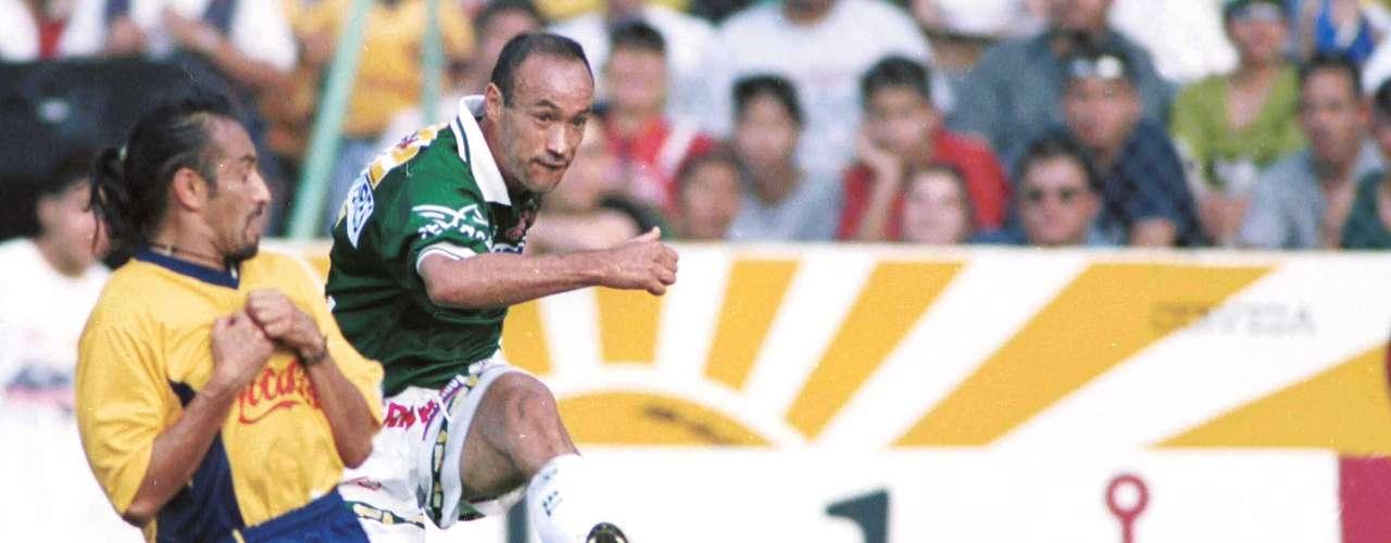 En el juego de ida de los cuartos de final del torneo Verano 2001, León y América empataron 1-1 con goles de Paco Uribe al minuto 8 y las Águilas consiguieron la igualada con autogol de Alfredo Murguía a dos minutos del final.