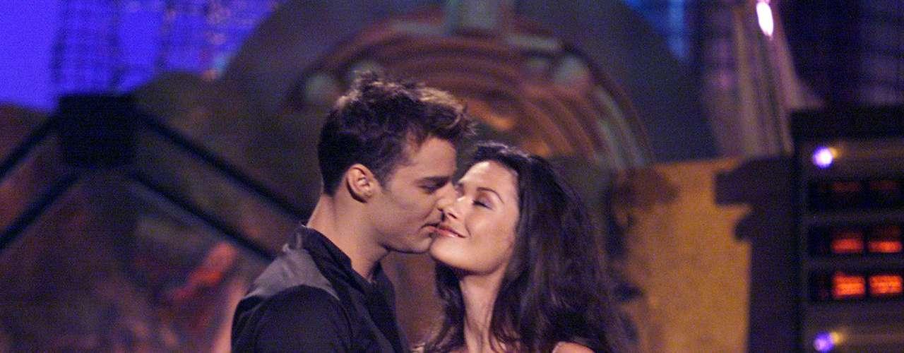 Catherine Zeta-Jones se dejó seducir sin complicaciones por Ricky Martin en los MTV Movie Awards 1999, gala realizada desde el Barker Hangar de Santa Mónica, California.