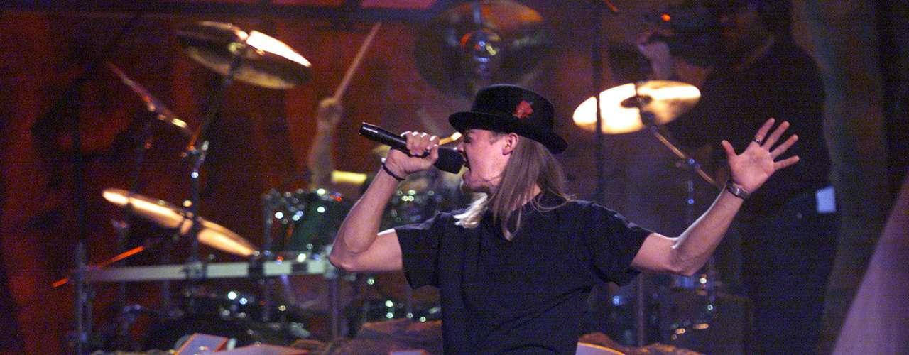 Kid Rock vestido completamente negro causó la locura en la entrega de premios del año 1999, al ritmo de su mega éxito \