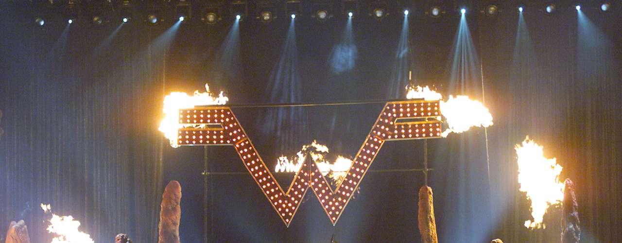Weezer en los MTV Movie Awards 2001, se hicieron sentir al llenar de buena música y fuego la tarima.