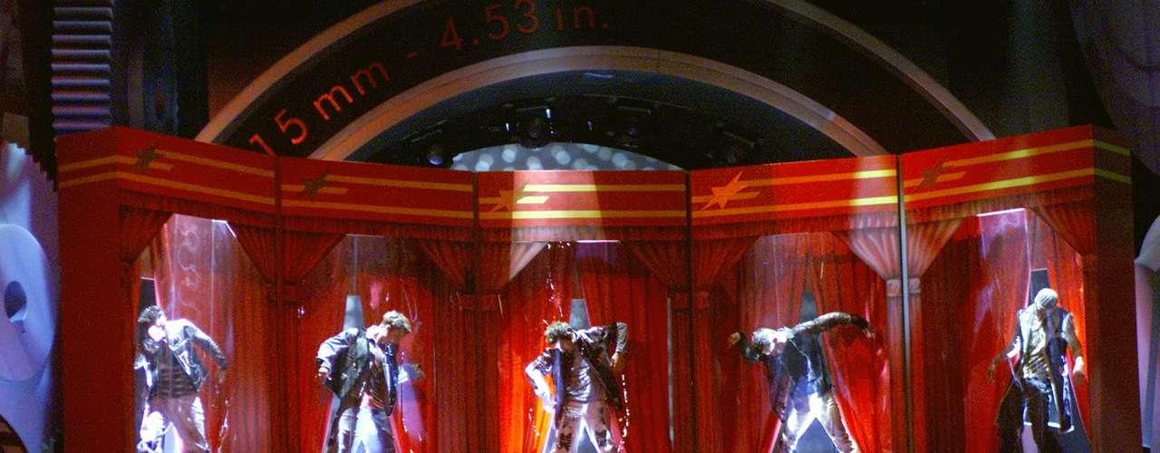 El show de los integrantes del grupo NSYNC, saliendo cual muñecos de unas cajas gigantescas para interpretar el tema \