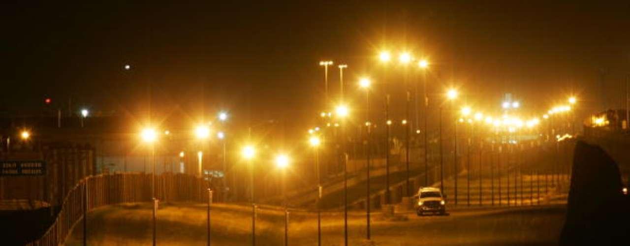 Al norte de esta valla, vastas extensiones de paisaje desértico son recorridas por agentes estadounidenses, iluminadas por luces de estadio y observadas por 59 cámaras diurnas y nocturnas desde 14 torres de vigilancia, solamente en el sector de 96 Km de San Diego.