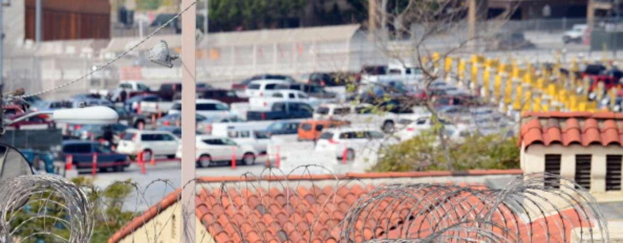 Desde que comenzó a erigirse la valla y el alambre con cuchillas, narra el agente miembro dela Patrulla Fronteriza, las detenciones de personas que cruzan ilegalmente bajaron de 500.000 anuales en los años 90, a cerca de 28.000 el año pasado, sólo en San Diego. Además, las incautaciones de marihuana, cocaína y metanfetamina aumentaron 65% desde 2005.