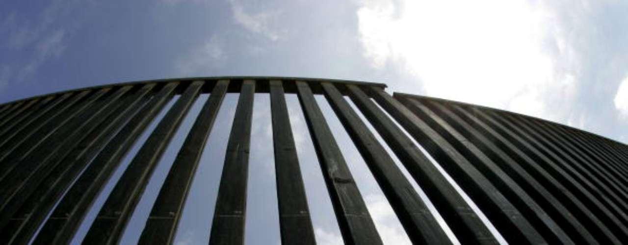 A principios de los 90 se erigió una valla de acero de 2,5 metros y, a finales de esa década, otros sectores fueron reforzados con una barrera secundaria, más alta y coronada por un alambre de cuchillas.