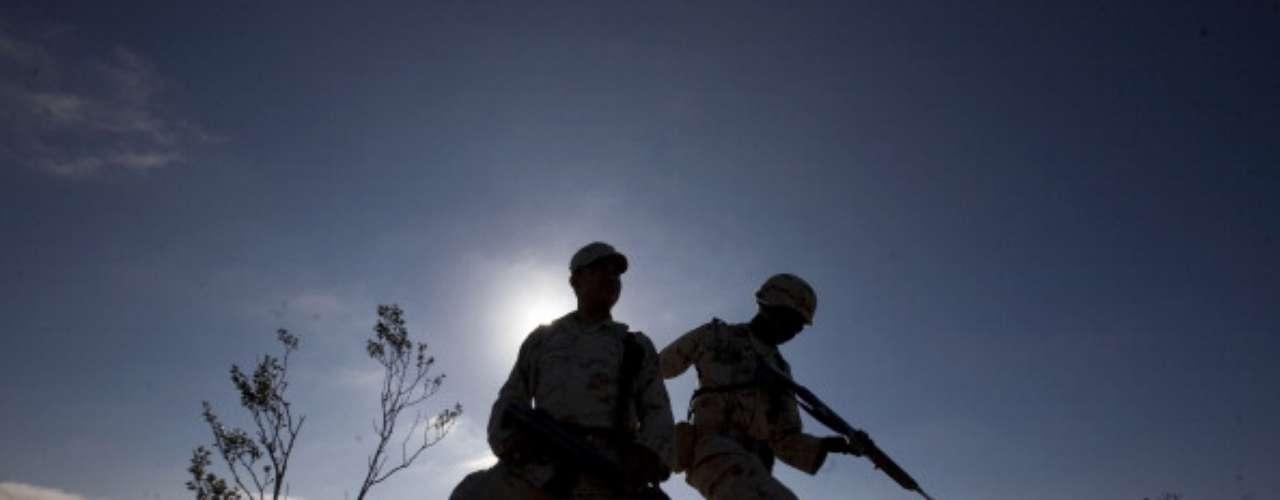 La seguridad a lo largo del muro de la muerte es elevada constantemente, aseguran fuentes cercanas a grupos fronterizos de EE.UU. La estructura que separa a Estados Unidos de México cuenta con 59 cámaras que trabajan 24 horas desde 14 torres de vigilancia. (Fuente: AFP).