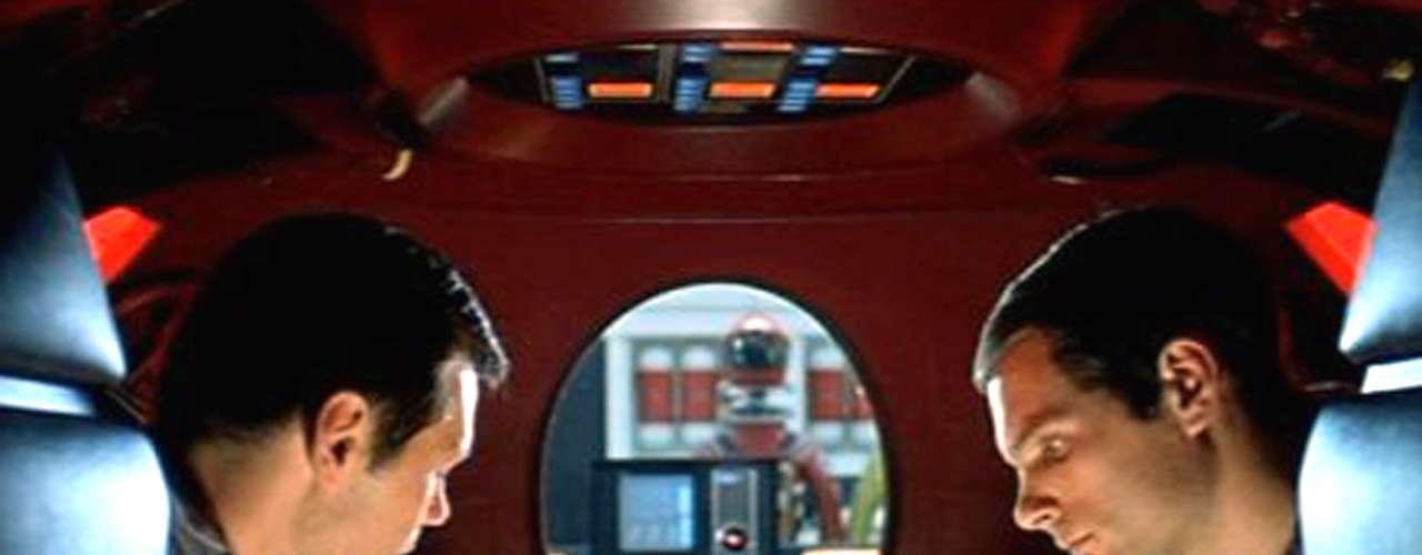'2001: Odisea del Espacio' (1968) es una de las películas que, desde el título, dejan ver que ya se les fue el tren. A pesar de que el nombre del filme ya suene a viejo, lahistoria de Arthur C. Clarke y la narrativa visual de Stanley Kubrick sobre la evolución de la vida inteligente siguen siendo tan válidas como fascinantes.