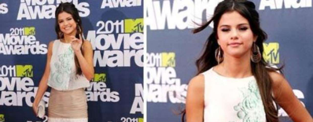 2011 -  Selena Gomez. Unas de las protagonistas de la gala con un atuendo en blanco, nude y verde, un vestido sobrio, de Giambattista Valli, pero muy favorecedor.