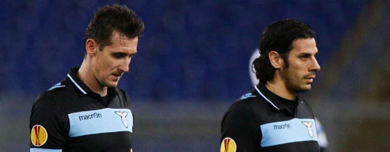 El equipo italiano, que salió con todo su arsenal ofensivo de inicio a excepción de Miroslav Klose, acumuló la posesión en el primer tiempo, pero apenas causó peligro más allá de numerosos disparos lejanos.