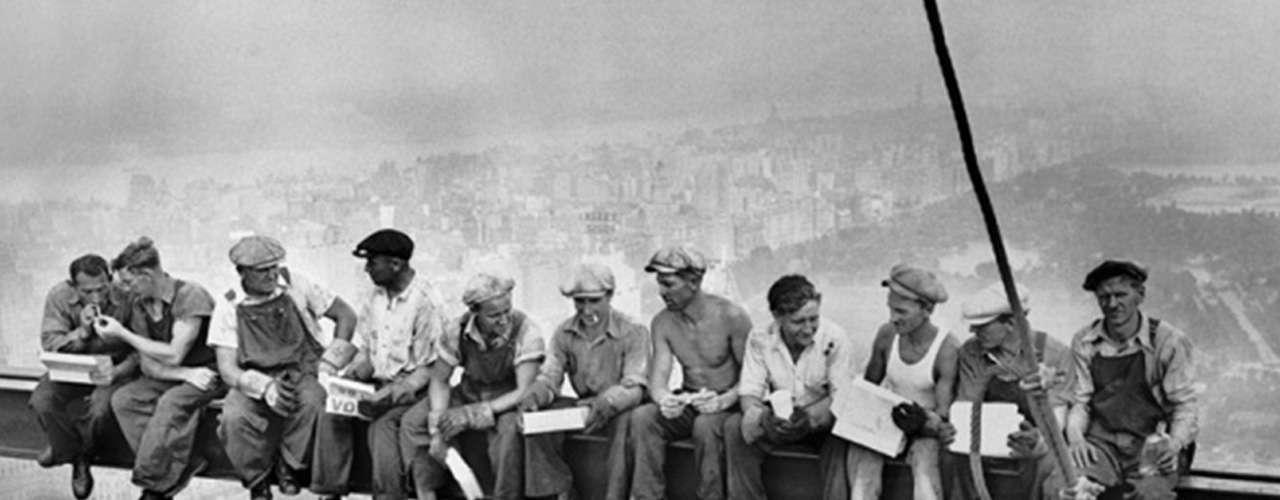 Otra icónica imagen del siglo XX es 'Almuerzo Sobre un Rascacielos' (1932), una imagen en blanco y negro de un grupo de 11 trabajadores sentados en una viga de metal a 256 metros sobre el piso, durante la construcción de un edificio en el centro Rockefeller de Nueva York. Aunque comúnmente la imagen es acreditada aCharles C. Ebbets, en realidad no hay manera de saber quién es el verdadero autor puesto que la escena fue tomada durante una rueda de prensa para promocionar el nuevo rascacielos, donde acudieron fotógrafos de varios medios.