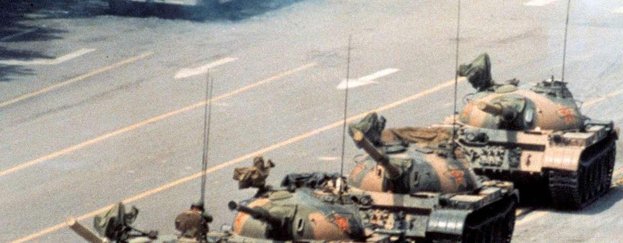 'El Hombre del Tanque de Tiananmen' o 'El Rebelde Desconocido', es una icónica imagen de la voluntad humana. Jeff Widener tomó la fotografía durante la revuelta de la Plaza Tiananmen de 1989 en la República Popular China cuando un solo hombre cortó insistentemente el paso de varios tanques de guerra. Aunque el hombre nunca fue identificado, en 1998 la revista Time lo incluyó en su lista de las cien personas más influyentes delsiglo XX.