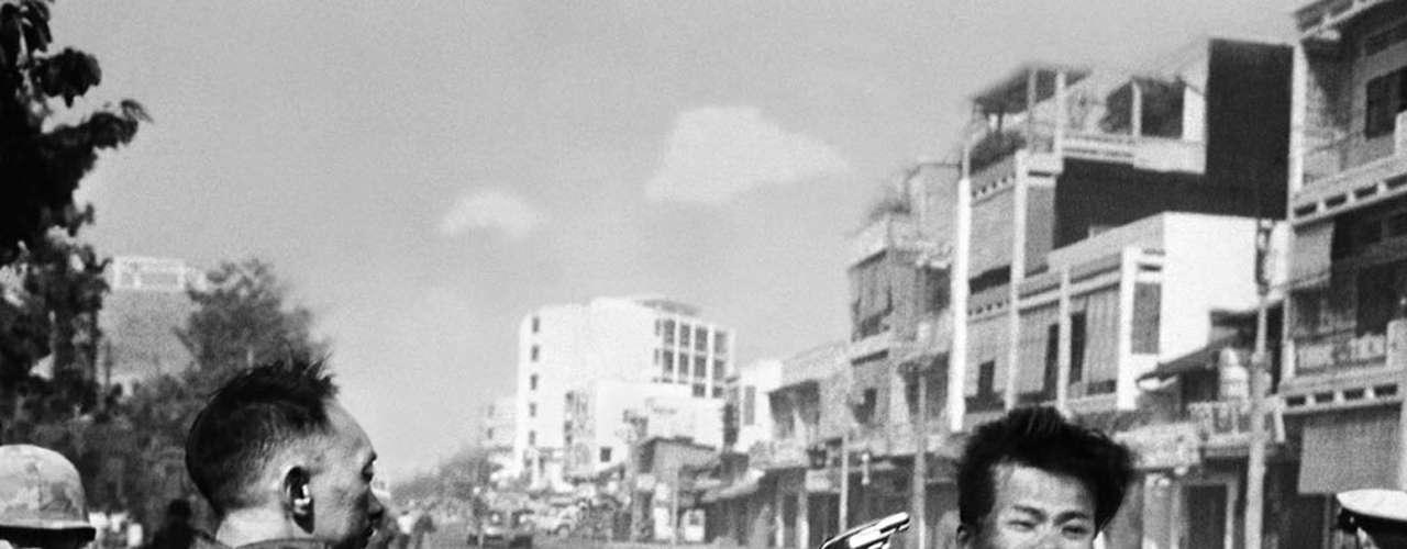 La fría ejecución en plena calle de un guerrillero del Vietcong por parte del jefe de la policía de Saigón, en febrero de 1968, recorrió el mundo como reflejo de la impunidad de la guerra. El autor, Eddie Adams, recibió un Pulitzer por su trabajo como corresponsal de guerra le afectó tanto que al final prefirió cubrir sólo notas de espectáculo.