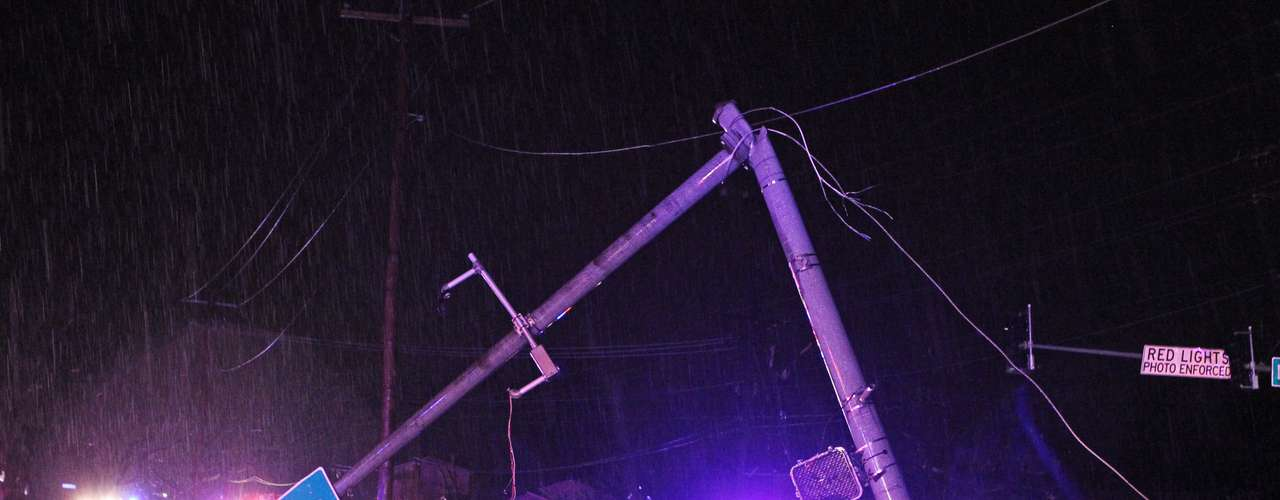 Tormentas acompañadas de lluvia, nieve y vientos peligrosos azotaron el centro de Estados Unidos y produjeron un posible tornado a las afueras de San Luis que motivó una declaración de emergencia por parte del gobernador de Missouri.