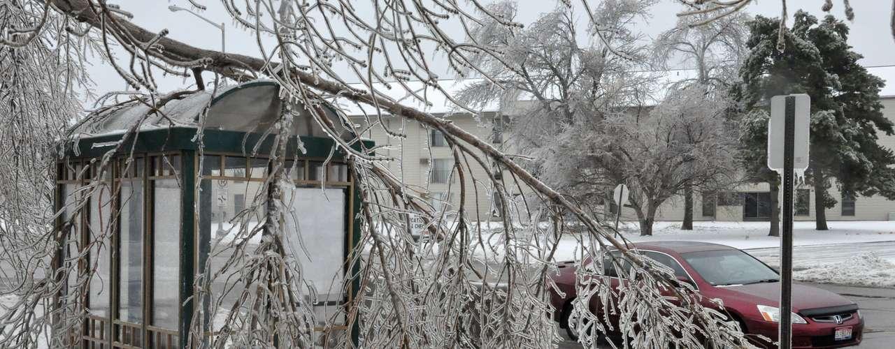 En Minnesota, el gobernador Dayton dijo que el mal tiempo estaba agotando los recursos de alcaldías y gobiernos locales, por lo que emitió una orden ejecutiva para activar a la Guardia Nacional estatal.