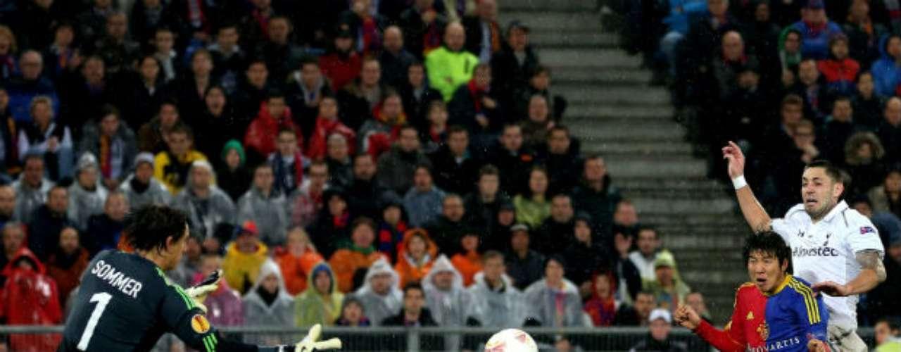 En el encuentro disputado en Suiza el conjunto inglés empezó adelantándose con un gol del estadounidense Clint Dempsey en el minuto 23, que ponía al Tottenham en semifinales.