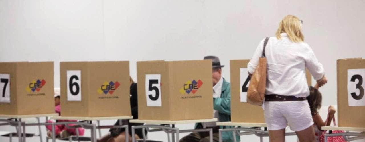 El cotillón electoral para los centros electorales que funcionarán en las embajadas y demás dependencias consulares de Venezuela en el exterior ya está en manos de las autoridades. En la víspera de las elecciones deben estar listas las 304 mesas que recibirán los votos de 100.495 venezolanos residentes en diversos países del mundo.
