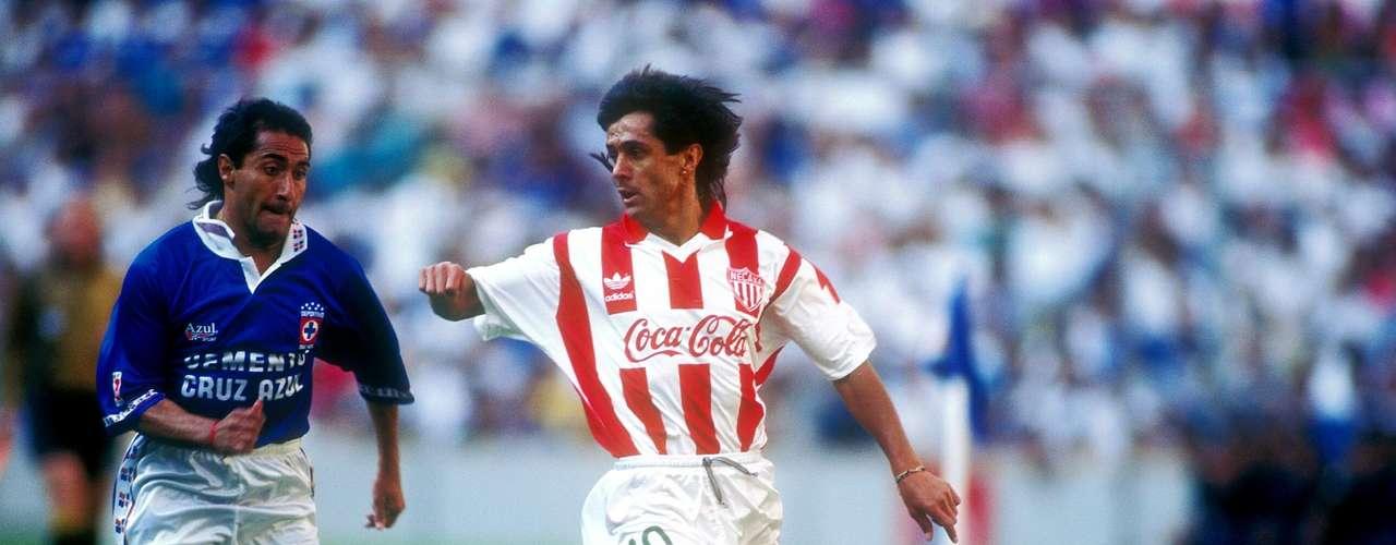 Efraín 'Cuchillo' Herrera sabía hacer marcajes pegajosos para anular a los rivales, tal como el que le hizo al argentino Julio Zamora (foto) en la Final de la temporada 1994-95.