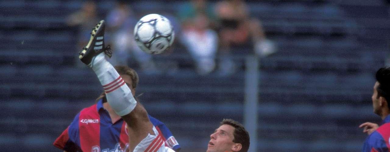 Alberto García Aspe era un auténtico 'cañonero', pero a diferencia de Ambriz, con la pierna zurda y fue pieza medular en las conquistas ligueras de 1995 y 1996 ante Cruz Azul y Celaya, respectivamente.