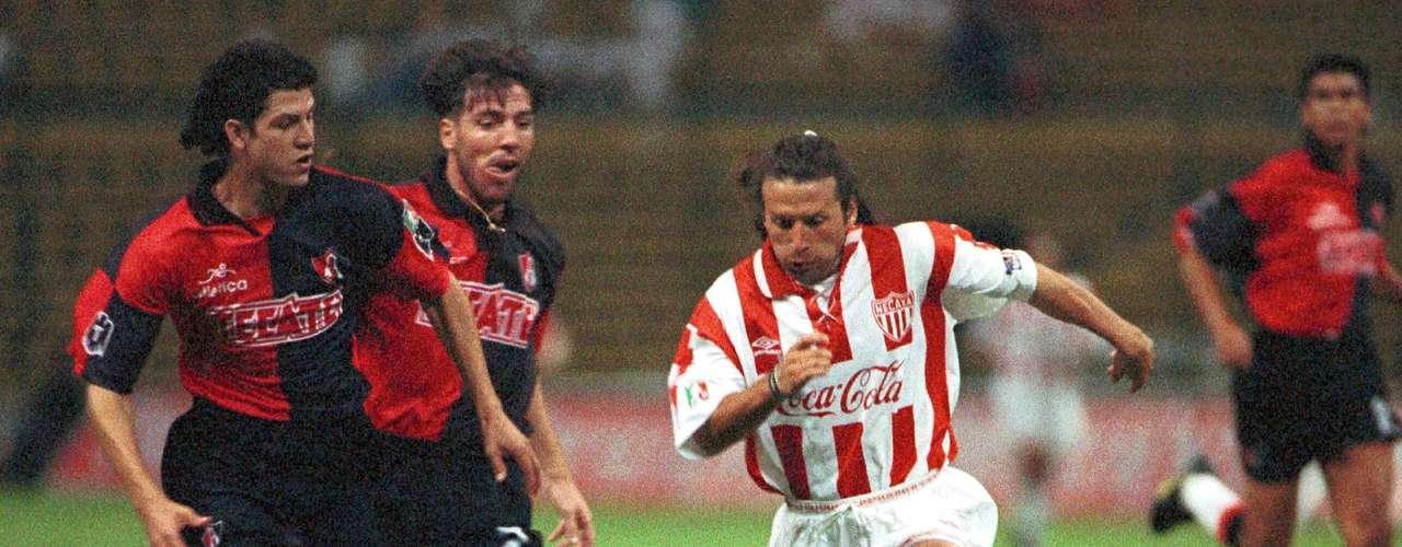 Pocos extranjeros tan habilidosos y 'desquiciantes' para los rivales han venido a México como Sergio 'Ratón' Zárate, un extremo 'volador' por cualquiera de las dos bandas con pinta de 'crack'.