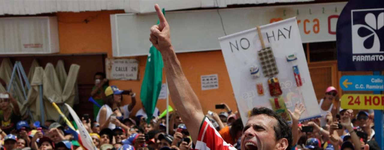 Capriles habló de las razones por las que la gente vota y aprovechó para atacar a su contrincante. El voto es un acto racional, emocional. Yo siento que la emoción está de este lado. Allá hay un candidato muy malo, sin carisma, sin liderazgo, agregó.