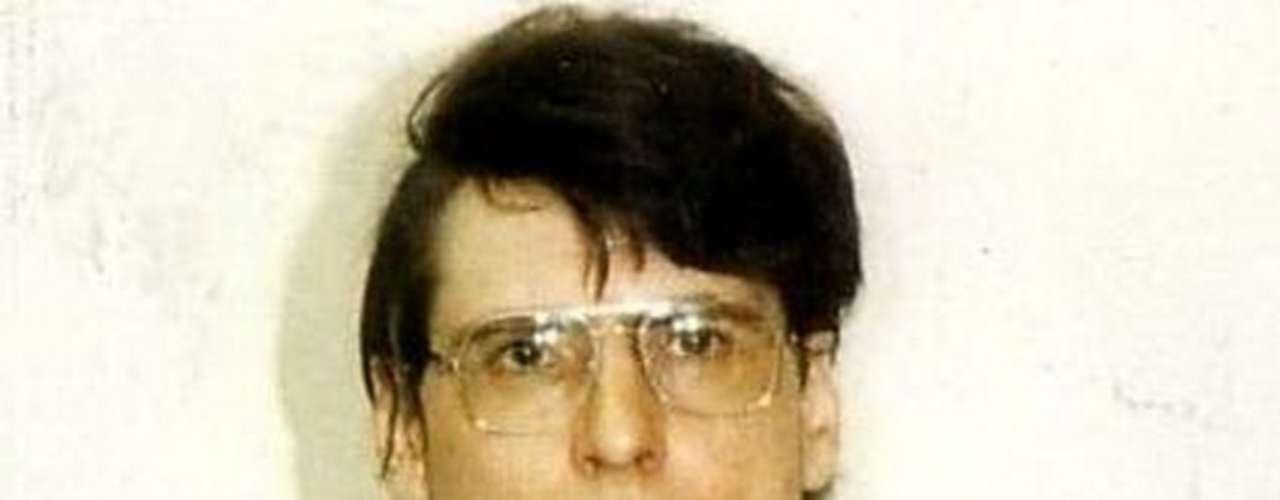 El inglés Dennis Nilsen fue condenado a cadena perpetua por haber matado a 15 jóvenes en su apartamento de Londres entre 1978 y 1983.