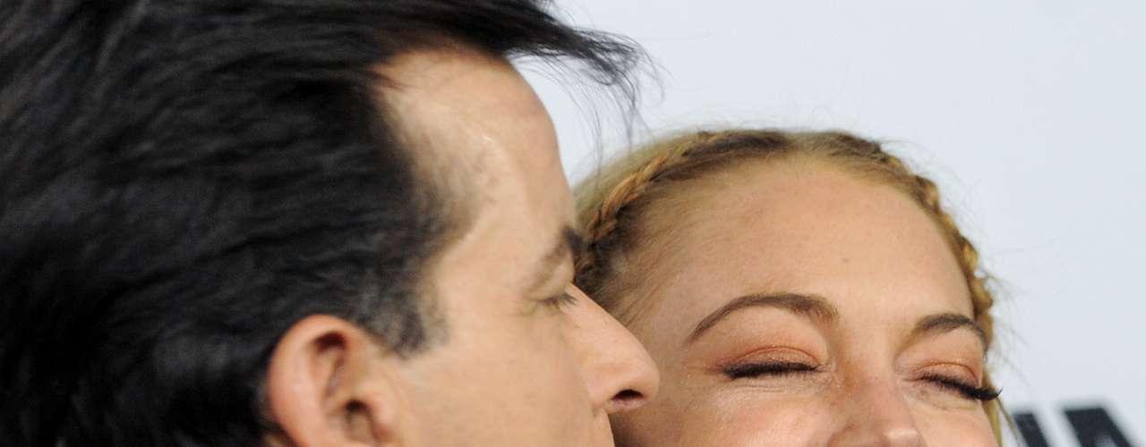 ¿Quién iba a decir que hasta besos y abrazos iba a haber entre Lindsay Lohan y Charlie Sheen en la alfombra roja de 'Scary Movie 5' donde ellos participan? ¡Qué mundo tan loco!