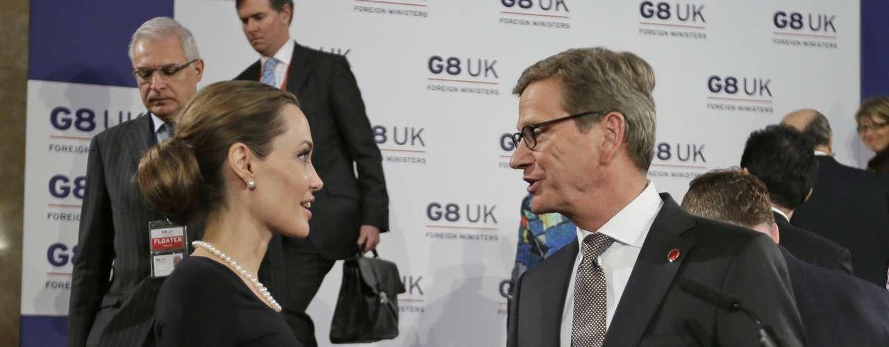 Jolie, quien funge como enviada especial del Alto Comisionado para Refugiados de las Naciones Unidas, acogió con beneplácito la postura sobre violencia sexual y dijo que durante demasiado tiempo la disposición política internacional fue \